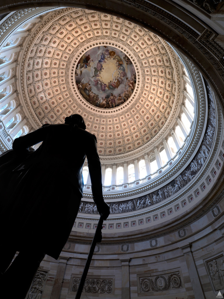 Statue of George Washington in the Capital Rotunda looking up at the Apotheosis of Washington, Constantino Brumidi, fresco 1865, Image Wikimedia Commons.